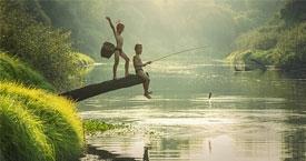 ragazzi che giocano in laos
